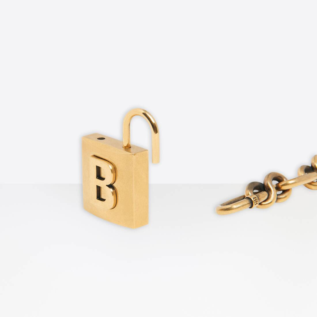 Display zoomed version of lock chain bracelet 2