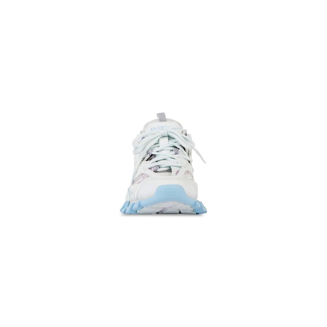 Display zoomed version of track sneaker 3