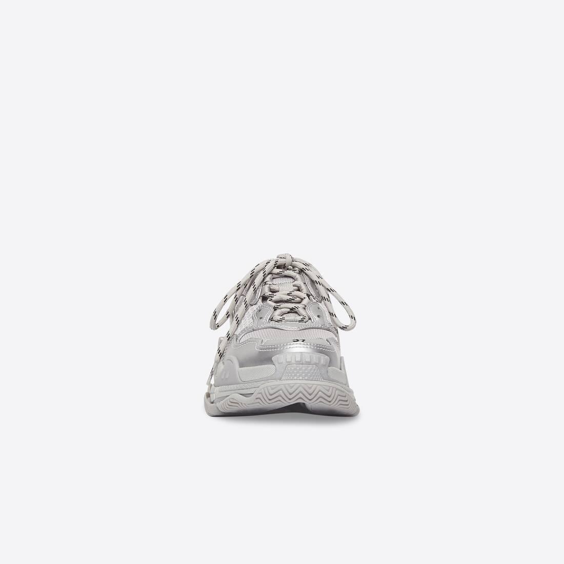 Display zoomed version of sneaker triple s 3