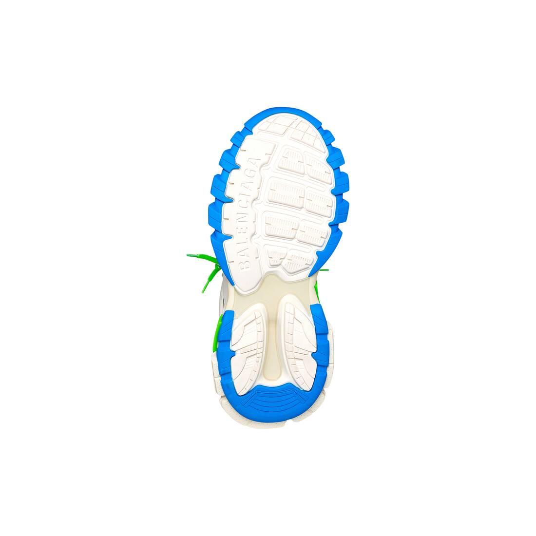 Display zoomed version of track sneaker 4