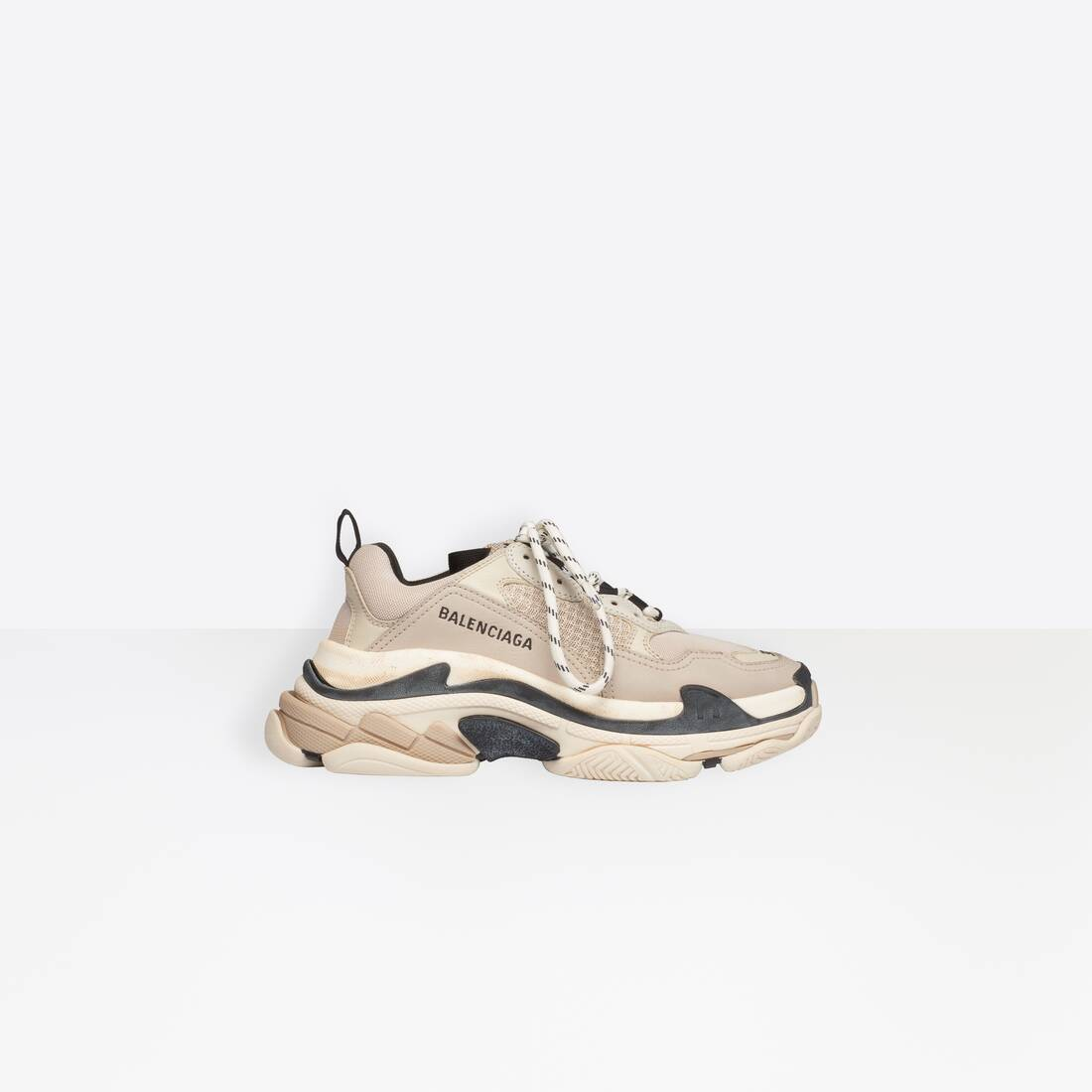 Display zoomed version of trainers triple s 1